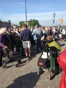 Folk börjar samla sig utanför Rosenbad