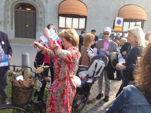 Lena Adelsohn Liljeroth hade parkerat sin cykel mitt i folkmassan