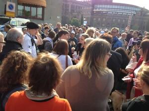 Stor folksamling med Riksdagen i bakgrunden