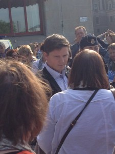 Erik Ullenhag diskuterar med manifestatörer