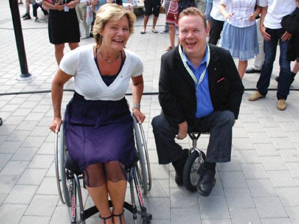 David Lega och Maria Larsson leendes i varsin rullstol